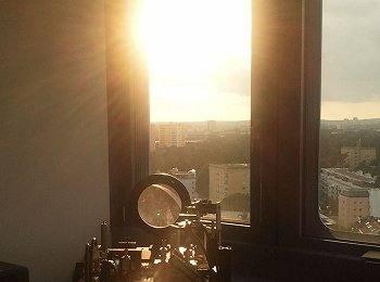 Comunicação quântica sob a luz do Sol: os físicos enviaram pulsos luminosos em estados quânticos sensíveis através da janela no telhado do Instituto Max Planck, em direção a um prédio da Universidade Erlangen-Nurnberg, a 1,6 km de distância.[Imagem: Instituto Max Planck para Ciências da Luz]