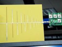 Esta versão de rádio cognitivo é um super-rádio inteligente que imita o ouvido humano - uma antena (esquerda) está ligada ao aparelho (à direita), cujo coração é um chip de 3 mm. [Imagem: MIT/Donna Coveney]